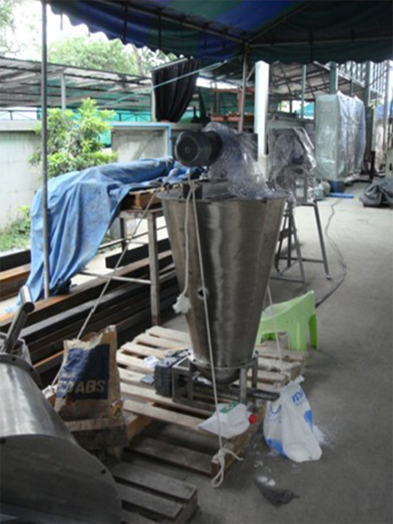 Dry additive feeder with tank agitator (Good Flow).